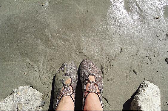 Traumhaftes Gefühl am Rheinufer: Nasser Sand.